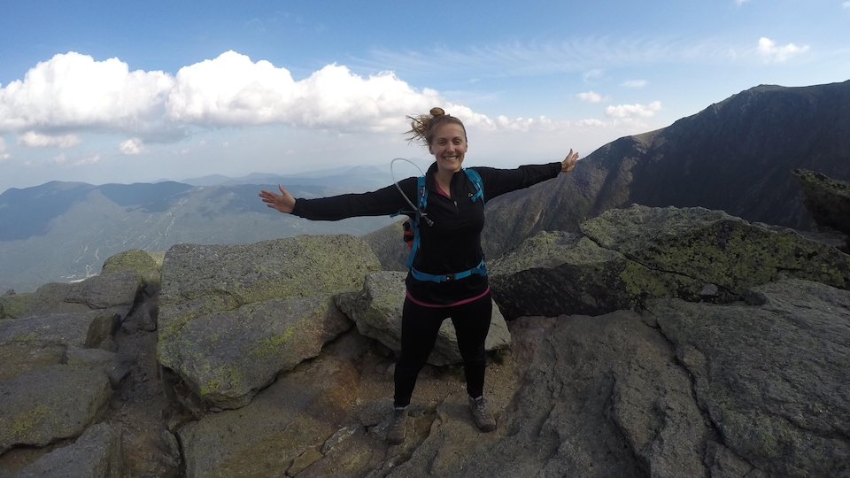 Magalie Hurtubise sur le mont Washington souriante et les bras grand ouverts