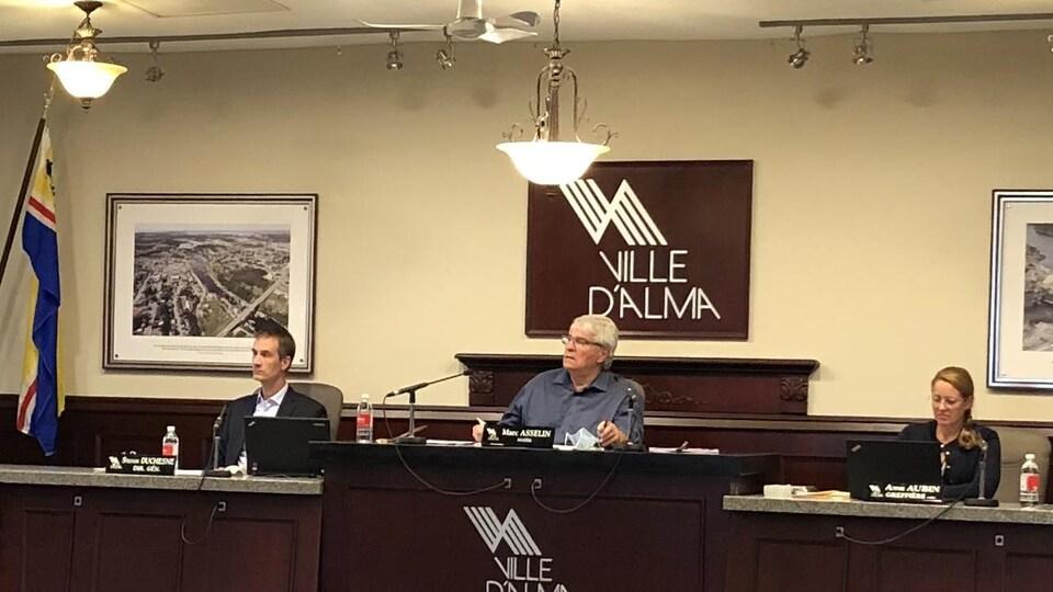 Le maire Marc Asselin est assis à la table du conseil.
