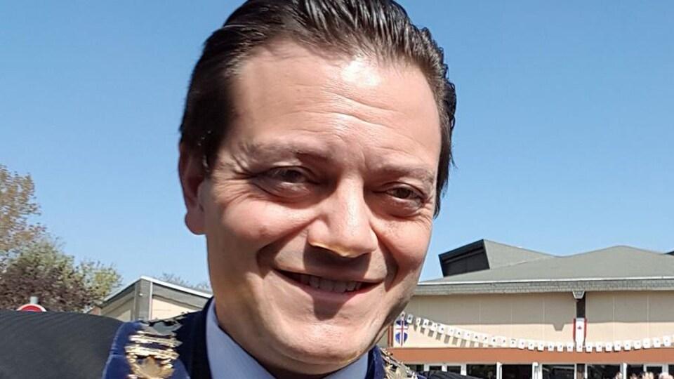 Jeff Lehman sourit portant sa chaîne de maire autour du cou.