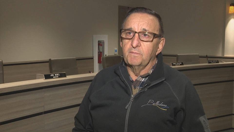 Le maire Joe Noel en entrevue dans la salle du conseil municipal de Belledune, au Nouveau-Brunswick, en avril 2019.
