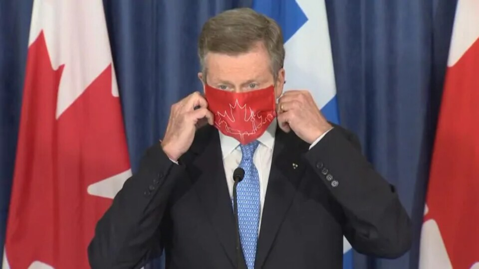 John Tory portant un masque.