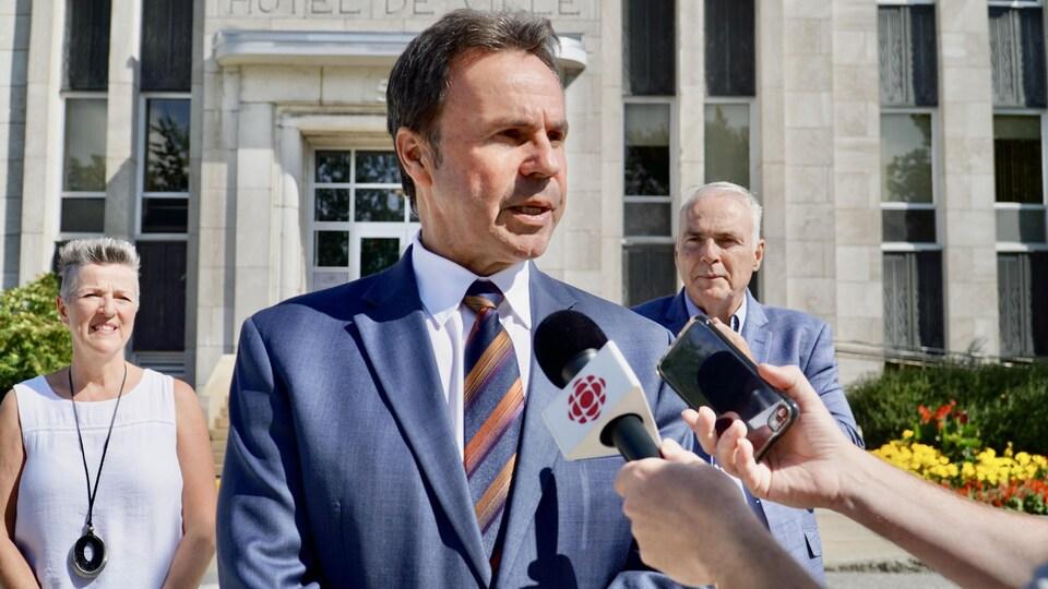 Michel Angers répond aux questions des journalistes devant l'hôtel de ville de Shawinigan.