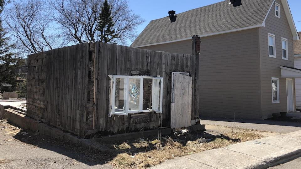 Une maison laissée à l'abandon.