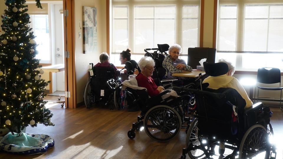 Des personnes âgées discutent dans un CHSLD.