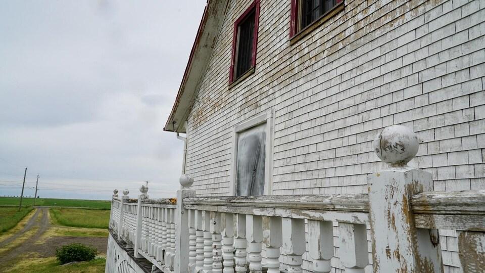 Le côté de la maison, avec la galerie.