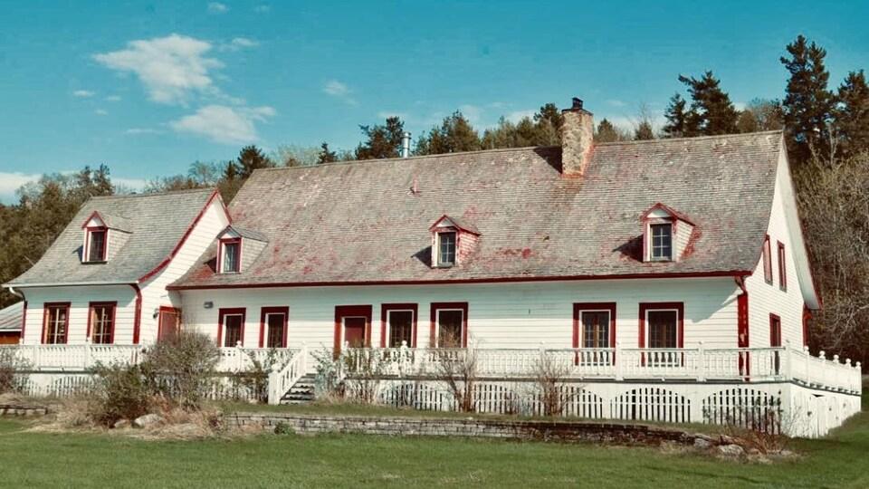 La Maison Bourgelas-Pelletier est immense. Elle renferme huit chambres. Elle est blanche et a des moulures rouges. Le toit, aussi rouge à l'origine, est décrépit.