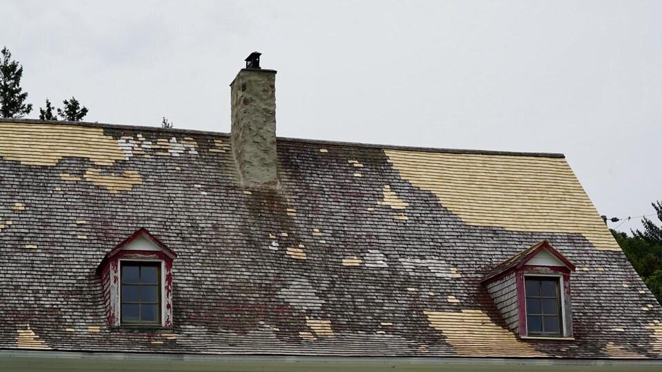 Le toit de la maison, un peu délabré.
