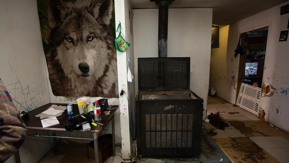 L'intérieur d'une maison en mauvais état.