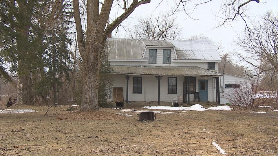La maison achetée par William Rainville. Le terrain n'est pas entretenu et la demeure a l'air d'être abandonnée.