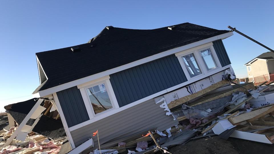 Décombres d'une maison en construction bleue