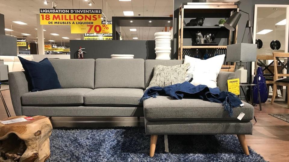Des meubles en liquidation dans un magasin.