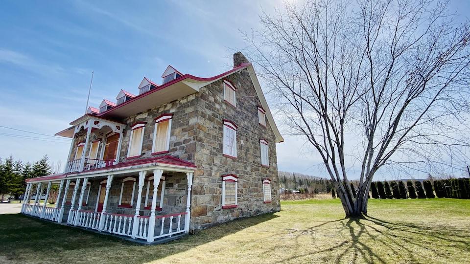 La maison Gauthier se dresse sous un ciel bleu.