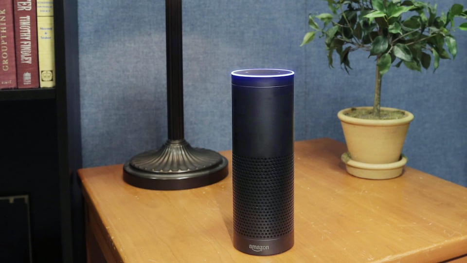 Un assistant vocal Echo d'Amazon sur une table