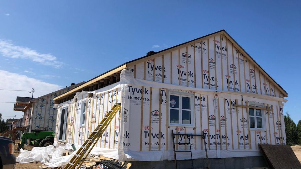Une maison préfabriquée en construction.