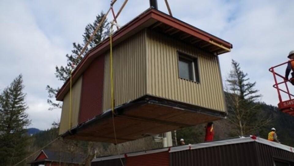 Une maison modulaire en construction.