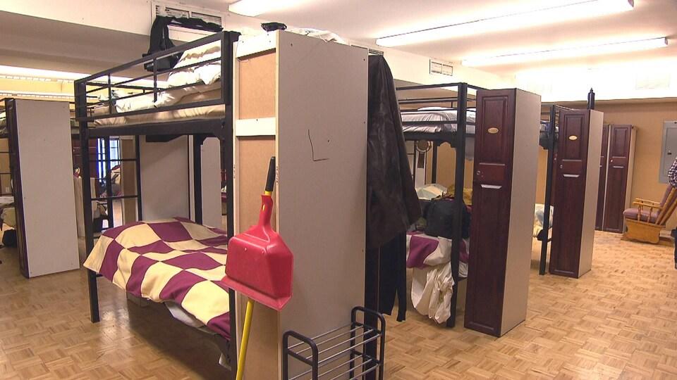 Des lits superposés dans un dortoir.