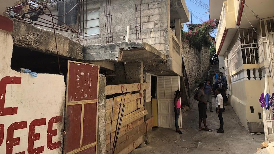 Des maisons se trouvent de part et d'autre d'une rue étroite à Port-au-Prince, à Haïti.