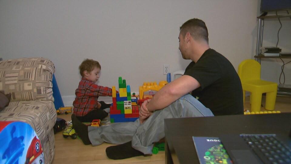 Un père et son fils à la Maison Oxygène de Québec