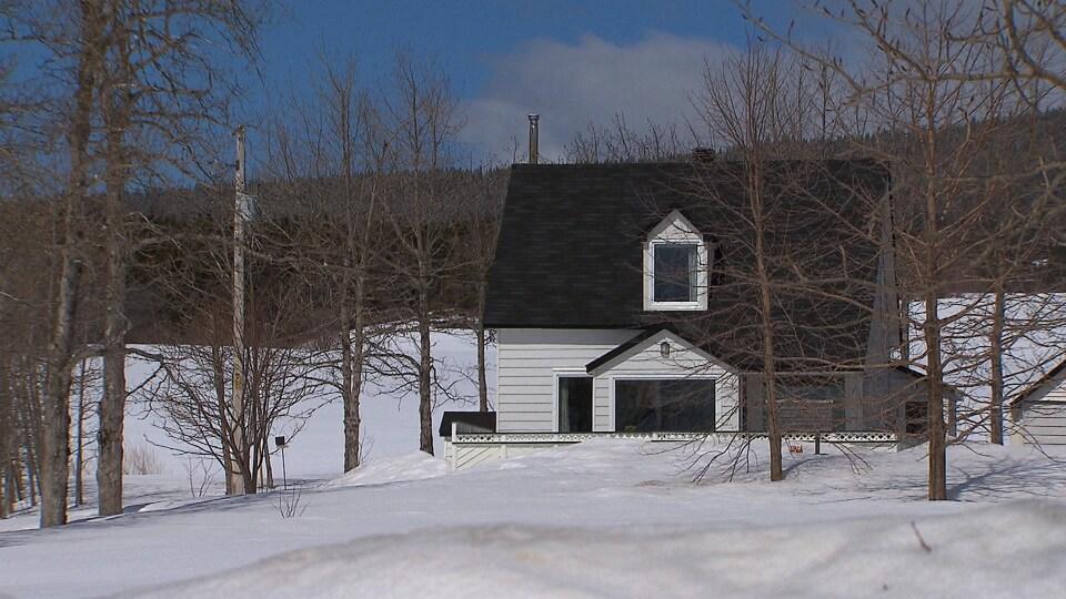 L'une des maisons dont le propriétaire souhaite une révision de la valeur foncière en raison de la présence d'un hélicoptère.