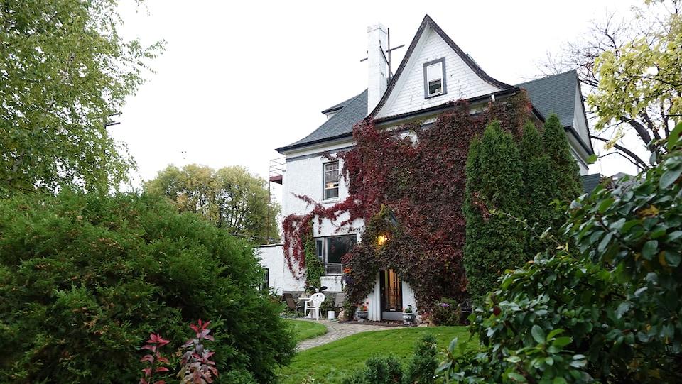 Une vieille maison avec un jardin.