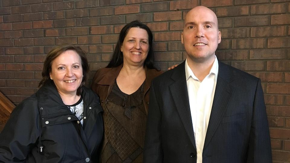 Les trois membres sont debout dans le hall d'entrée de l'Hôtêl-de-Ville de Lakeshore.