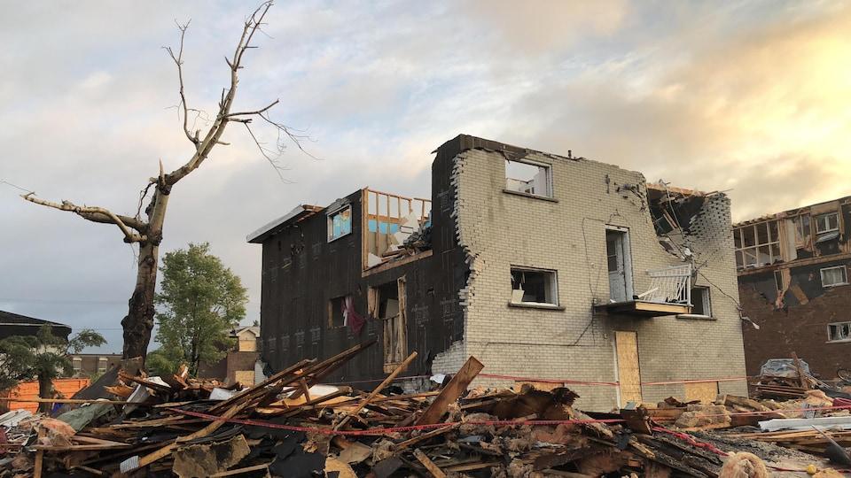 De nombreux débris tout autour d'une maison frappée par la tornade du 21 septembre à Gatineau.