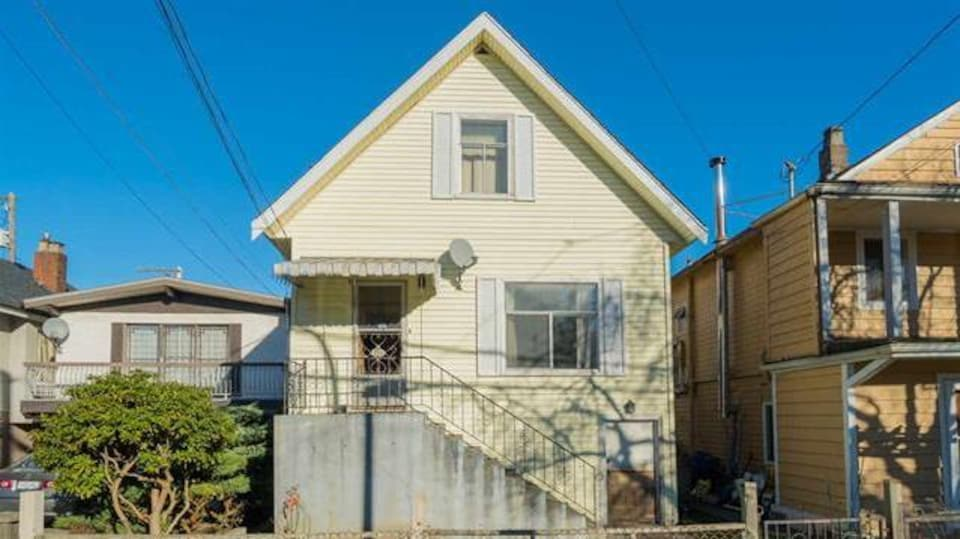 En date du 24 avril 2017, cette propriété est l'une des deux seules maisons unifamiliales en vente pour moins d'un million de dollars à Vancouver. Elle se détaille au prix de 999 000 $.