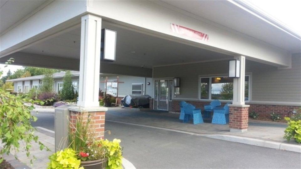 Entrée extérieur avec stationnement couvert