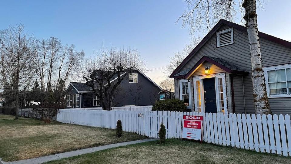 Une maison affiche « vendue ».