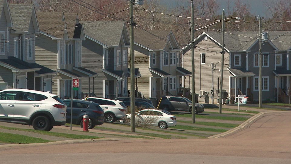 De nombreux jumelés dans une rue d'un quartier neuf de Dieppe, en banlieue de Moncton.
