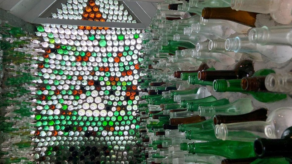 Intérieur d'une maison faite en bouteilles.