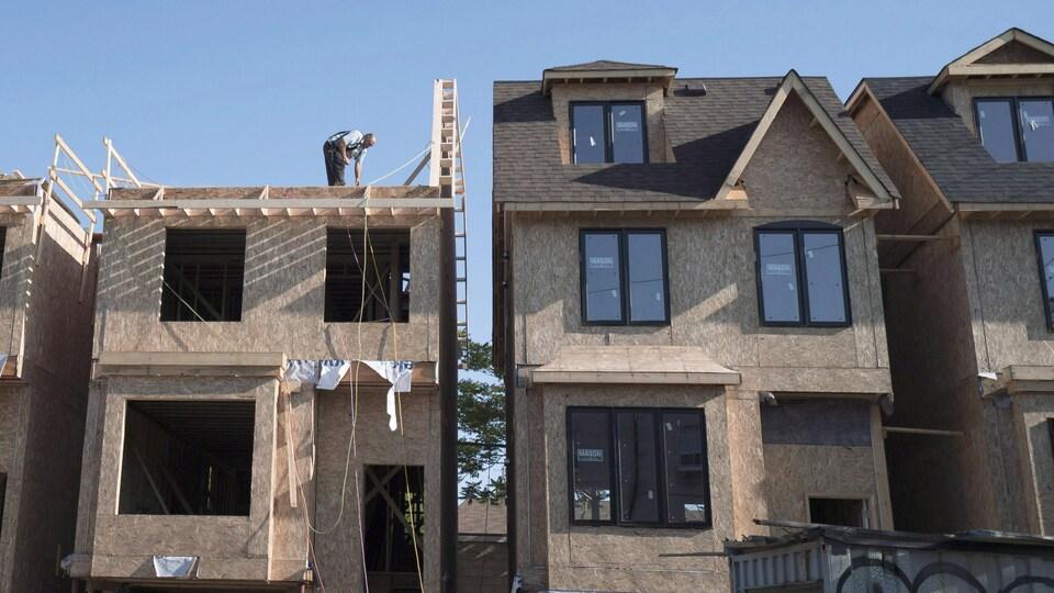 Des maisons en construction à Toronto
