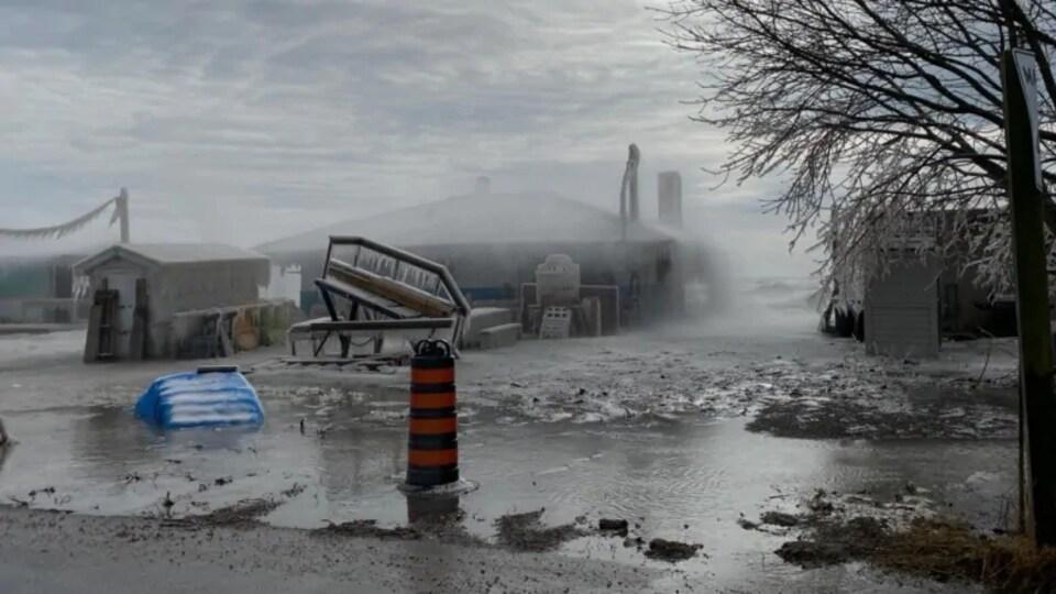 Des maisons riveraines inondées en hiver.