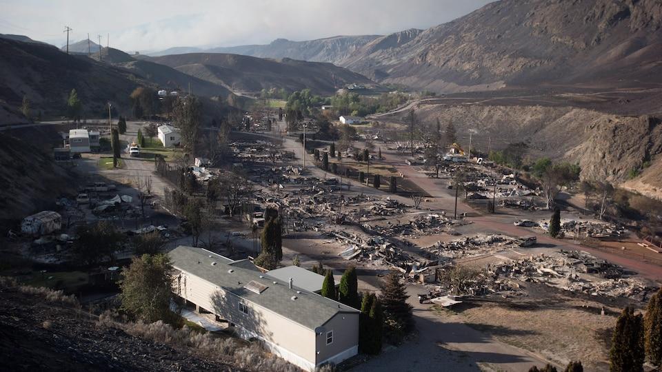 Un parc de maisons mobiles ravagé par les flammes d'un feu de forêt à l'intérieur de la Colombie-Britannique