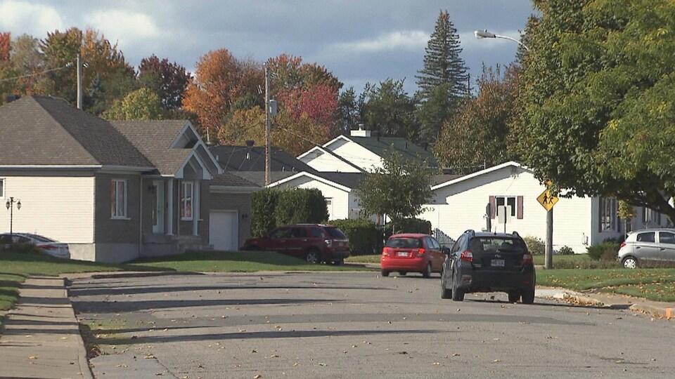 Quartier résidentiel à Trois-Rivières où l'on voit des maisons et des automobiles.