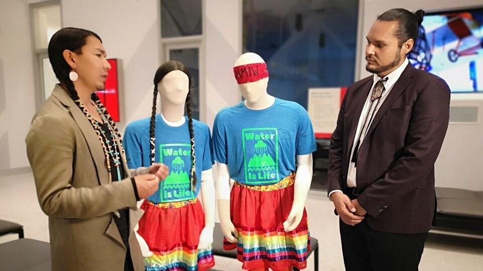 James Makokis (à gauche) et Anthony Johnson (à droite) expliquent la signification des vêtements qu'ils portaient lors de l'émission.