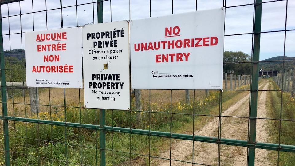 Image des affiches à l'entrée de la ferme d'élevage de cerfs rouges de Grenville-sur-la-Rouge.