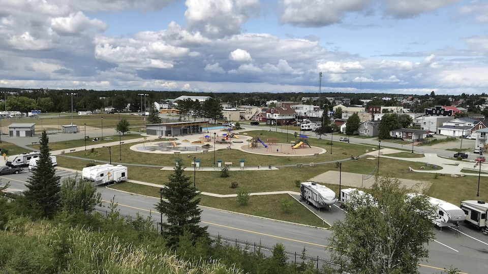 Une vue de haut du parc et d'une partie de la ville de Malartic.