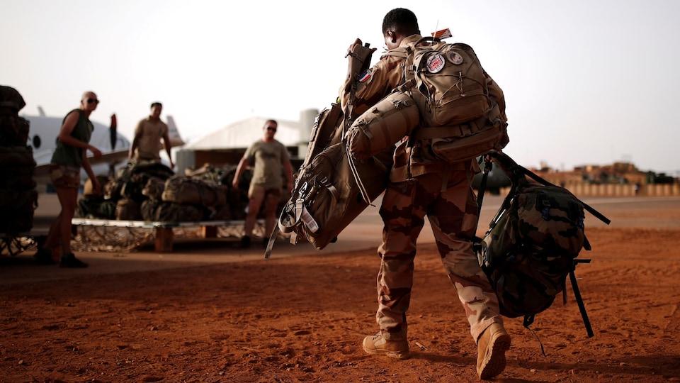 Un groupe de soldats dans le désert