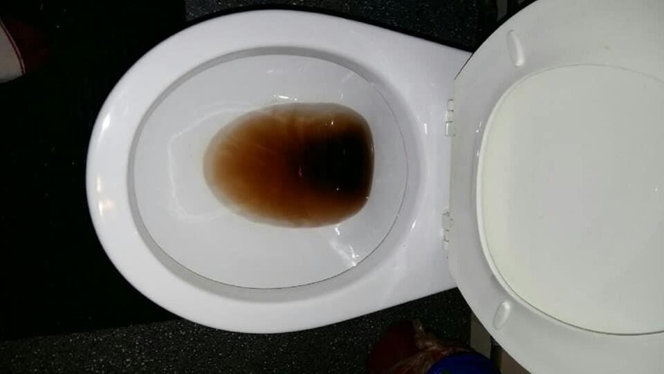 De l'eau brune dans une toilette