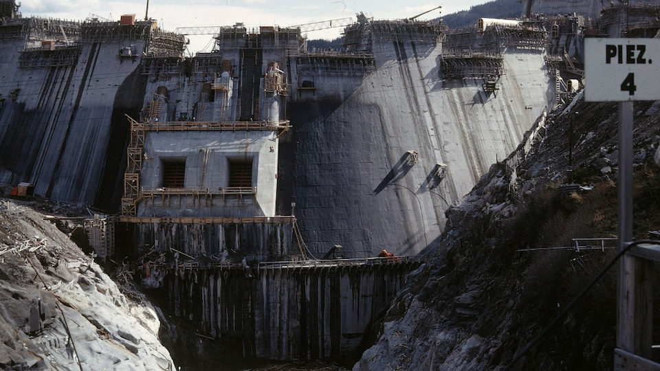 Le barrage pendant sa construction.