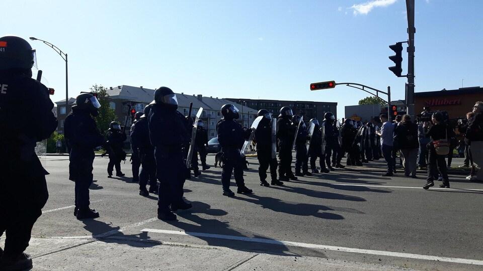 Des policiers qui bloquent la route