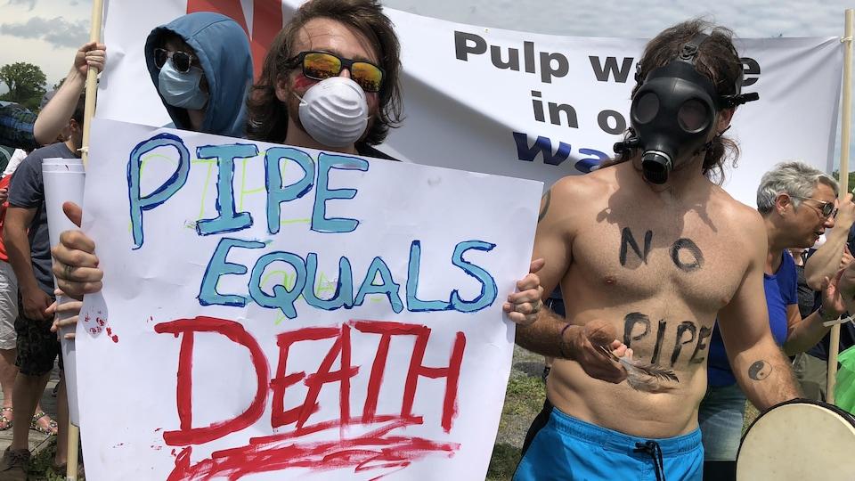 Des manifestants opposés aux projets de la papetière Northern Pulp, sur le front de mer de Pictou, en Nouvelle-Écosse, le 6 juillet 2018.