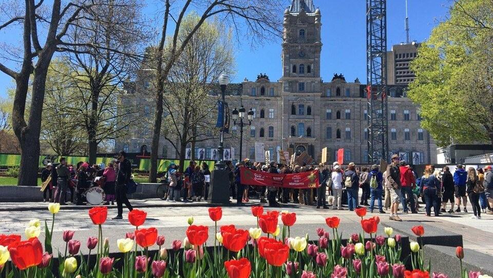 Une centaine de manifestants étaient rassemblés devant le parlement, à Québec.