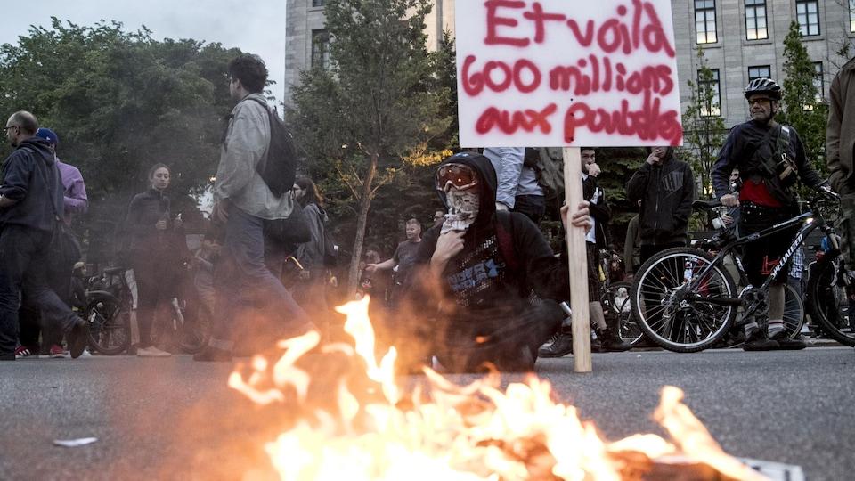 Des militants ont mis le feu à des drapeaux jeudi lors d'une manifestation anti-G7.