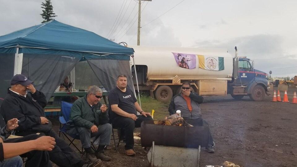 Des manifestants innus campent aux abords des installations de Tata Steel près de Schefferville.