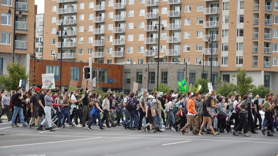 Des manifestants dans les rues de Rimouski.