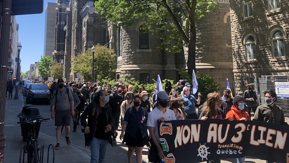 Des manifestants contre le troisième lien marchent dans la rue Saint-Joseph.