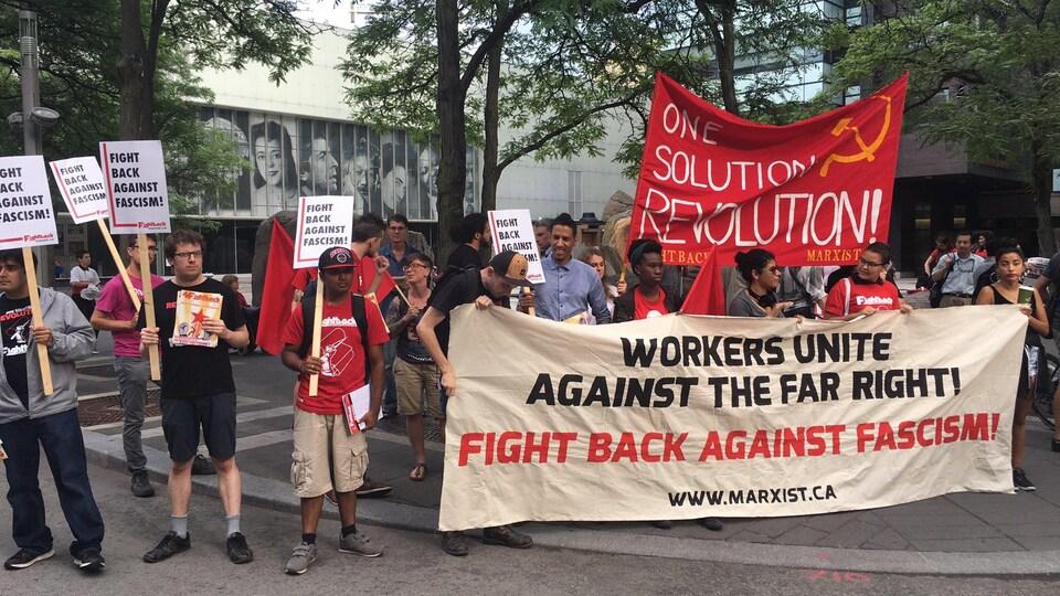Une cinquantaine de personnes manifestent devant une université ontarienne.