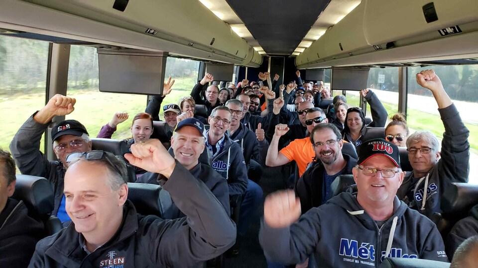 Un autobus rempli de travailleurs qui se préparaient à manifester.